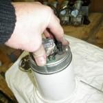 Nadat de tellerhelften en rubberring en de chroomring weer gemonteerd zijn is het handig om het geheel op een mal te plaatsen